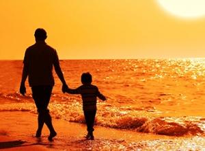 papa-e-hijo-caminando-por-la-playa-tomados-de-la-mano